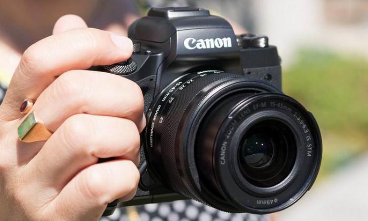 Kamera dengan Lensa Berfokus